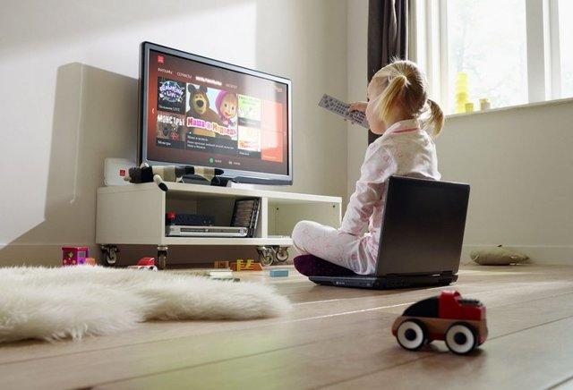 Можно ли смотреть телевизор: все плюсы и минусы этого увлечения